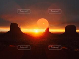 モニュメントバレーの美しすぎる朝焼けの写真・画像素材[1852476]