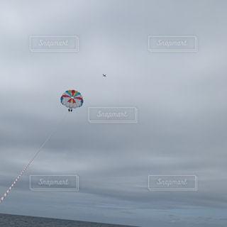 凧の飛行の人々 のグループの写真・画像素材[1853322]