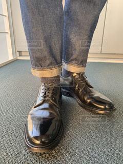 革靴を履いた足の写真・画像素材[1853929]