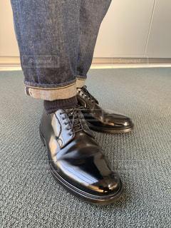 黒い靴を履いた足元の写真・画像素材[1853931]