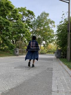 通りを歩いている人の写真・画像素材[2814366]
