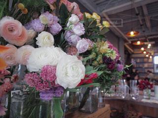 テーブルの上の花の花束の写真・画像素材[1854019]