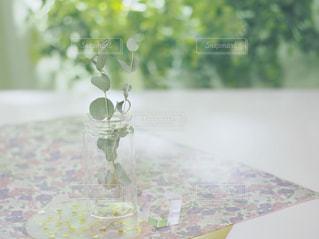 テーブルの上にガラス花瓶の写真・画像素材[1854077]