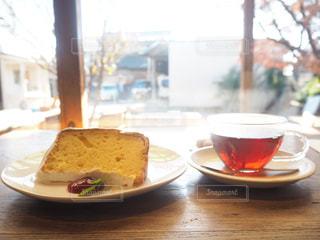 テーブルの上にあるシフォンケーキと紅茶の写真・画像素材[1069854]