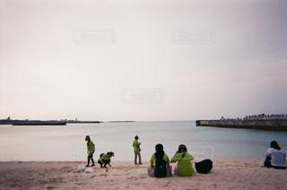 与論島のビーチで海を眺めている人たちの写真・画像素材[1076375]