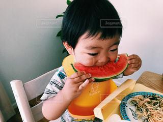 食事のテーブルに座って男の子の写真・画像素材[1282844]