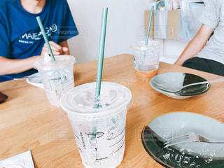 テーブルを囲んで会話の写真・画像素材[1290376]