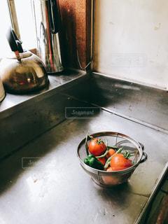 キッチンにトマトとピーマンの写真・画像素材[1328745]