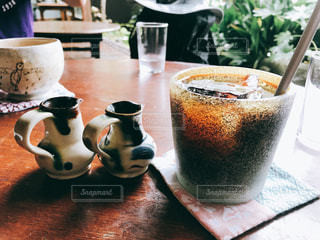 テーブルの上のコーヒー カップの写真・画像素材[1536632]