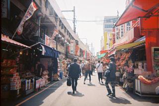 街の通りを歩いている人のグループの写真・画像素材[1872571]
