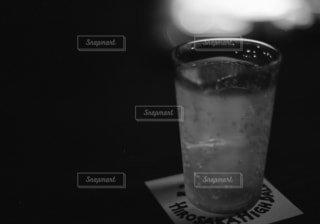 テーブルの上のガラスのコップ - No.825445