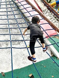 ネットに登る男の子の写真・画像素材[1857264]
