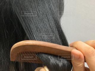 黒髪を梳かす女性の写真・画像素材[1866757]