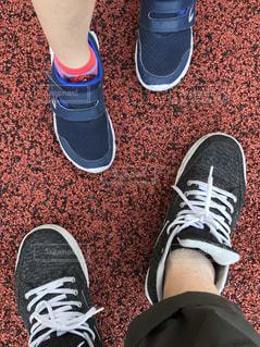 青と赤の靴を履いて足のペアの写真・画像素材[1868259]