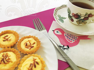 タルトと紅茶のテーブルコーデの写真・画像素材[1872267]