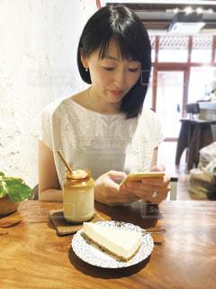カフェでスマホを見る女性の写真・画像素材[1879554]