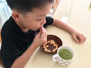 おやつを食べる男の子の写真・画像素材[2223683]