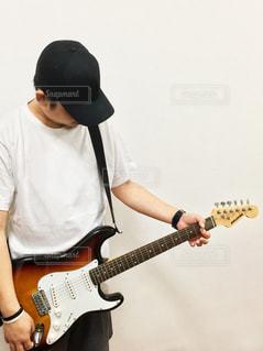 ギターを弾く男性の写真・画像素材[2242038]