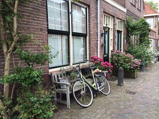 れんが造りの建物の前に自転車止めてください。の写真・画像素材[1857605]