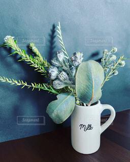 テーブルの上の花束の写真・画像素材[4484859]