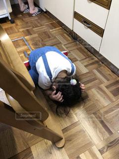 床に伏せる子どもの写真・画像素材[2507554]