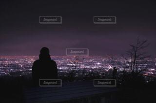 夜景を眺めながら休憩の写真・画像素材[1862408]
