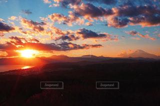 夕焼け空に浮かぶ雲の写真・画像素材[1863048]