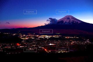 忍野村の夜景と夕焼けの富士山の写真・画像素材[1863055]