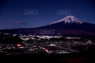 忍野村の夜景と月光に照らされる富士山の写真・画像素材[1863057]
