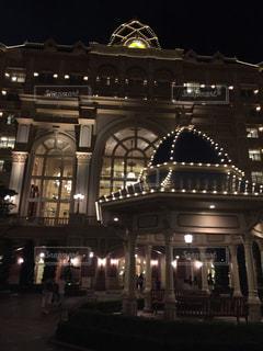 建物は夜ライトアップの写真・画像素材[1861644]