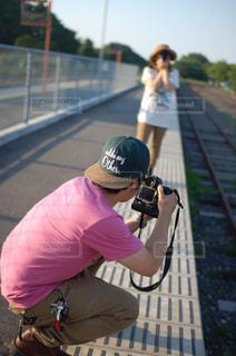 写真を撮り合う2人の写真・画像素材[2308468]