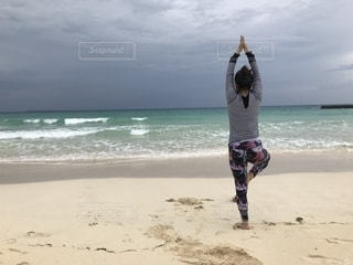 砂浜のヨガの写真・画像素材[1862501]