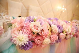 テーブルの上のピンクの花のグループの写真・画像素材[1869781]