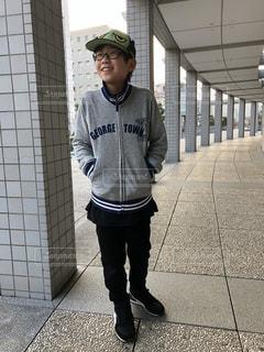 歩道に立っている男の子の写真・画像素材[1872077]