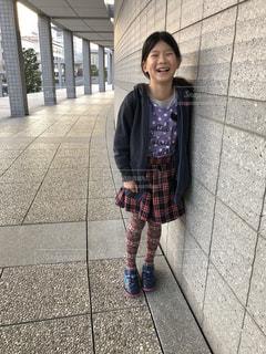 歩道に立っている若い女の子の写真・画像素材[1872079]