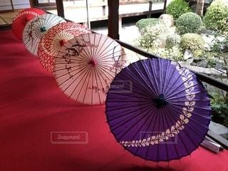 カラフルな和傘の写真・画像素材[2010034]