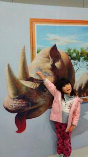 恐竜と女の子の写真・画像素材[2049531]