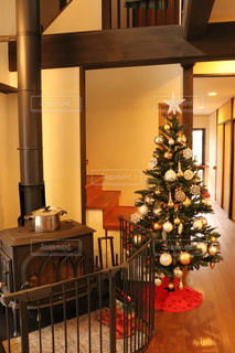 薪ストーブとクリスマスツリーの写真・画像素材[1865426]