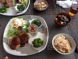 米と肉と野菜の食べ物のプレート 友人の母の手作りの写真・画像素材[1866355]