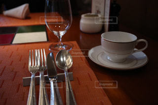 ワイングラスとコーヒーカップの写真・画像素材[1867541]