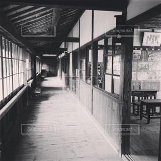 建物の前に公共のベンチの写真・画像素材[1876383]