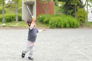 シャボン玉で遊ぶ男の子の写真・画像素材[2118544]