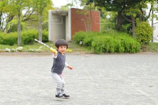 シャボン玉で遊ぶ男の子の写真・画像素材[2118545]