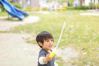 シャボン玉で遊ぶ男の子の写真・画像素材[2118546]
