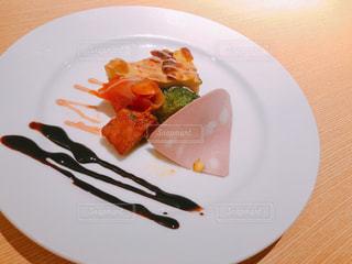 肉と野菜をトッピング白プレートの写真・画像素材[1870294]