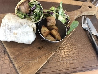 木製のテーブルの上に食べ物のプレートの写真・画像素材[1871959]