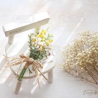 テーブルの上の花の花瓶の写真・画像素材[867352]