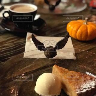 テーブルの上に食べ物のプレートの写真・画像素材[867355]