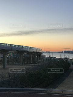 水の体の上を橋を渡る列車の写真・画像素材[995939]