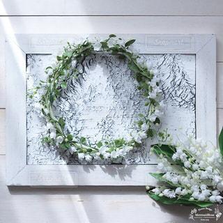 ウィンドウの横にある花の花瓶の写真・画像素材[1004146]